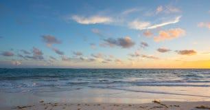 Mooie Achtergrond van een Caraïbisch Strand bij Zonsondergang stock foto's