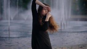 Mooie actieve vrouw het dansen jazz modern door de fonteinen in stad stock video