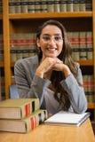Mooie advocaat in de wetsbibliotheek Stock Fotografie