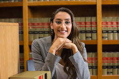 Mooie advocaat in de wetsbibliotheek Royalty-vrije Stock Foto's