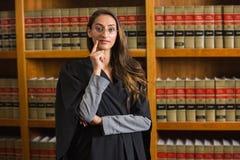 Mooie advocaat die camera in de wetsbibliotheek bekijken Royalty-vrije Stock Afbeelding