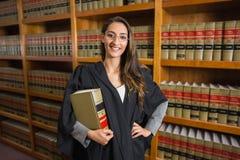 Mooie advocaat die camera in de wetsbibliotheek bekijken Royalty-vrije Stock Fotografie
