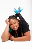 Mooie Afrikaanse Amerikaan loog op de vloer Stock Foto