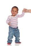 Mooie Afrikaanse Amerikaanse baby die leren te lopen Stock Foto's