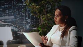 Mooie Afrikaanse Amerikaanse bedrijfsvrouw die de tekst van contract in bureau verklaren stock videobeelden