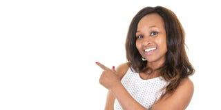Mooie Afrikaanse Amerikaanse bedrijfsvrouw die op iets lege lege exemplaarruimte in het Web van de malplaatjebanner richten stock fotografie