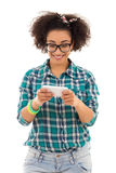 Mooie Afrikaanse Amerikaanse tiener die sms texting stock afbeelding