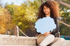 Mooie Afrikaanse Tiener Met Toespraakwolk Stock Afbeelding
