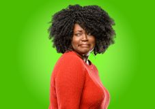 Mooie Afrikaanse vrouw met krullend haar stock fotografie
