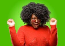 Mooie Afrikaanse vrouw met krullend haar stock foto's