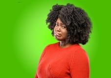 Mooie Afrikaanse vrouw met krullend haar stock afbeeldingen