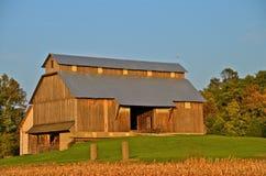 Mooie Amish-schuur in daling Stock Afbeelding