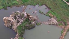 Mooie Antenne/hommelmening van het gebied van de ex-rotsmijnbouw in de slawistad Indonesië stock videobeelden