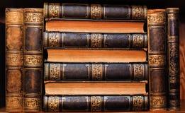 Mooie antieke boeken op een plank royalty-vrije stock foto
