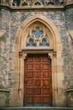 Mooie antieke deur aan de Katholieke Kathedraal Ingang aan de kerk Buitenkant van een godsdienstig gebouw royalty-vrije stock foto's