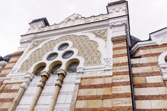 Mooie antieke vensters met friezen op een baksteengebouw Royalty-vrije Stock Afbeelding