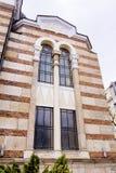 Mooie antieke vensters met friezen op een baksteengebouw Royalty-vrije Stock Afbeeldingen