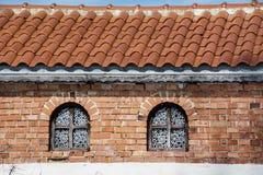 Mooie antieke vensters op een baksteengebouw Royalty-vrije Stock Foto