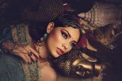 Mooie Arabische stijlbruid in etnische kleren stock afbeeldingen