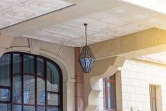 Mooie architecturale structuur met een hangende lantaarn in het retro stijl hangen van het plafond van de voordeur tegen stock foto