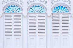 Mooie architectuur witte vensters met decoratief kader Stock Foto's