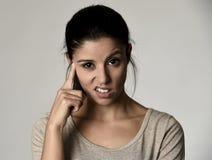 Mooie arrogante en humeurige Spaanse vrouw die negatieve gevoel en verachtinggelaatsuitdrukking tonen Royalty-vrije Stock Foto
