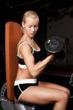 Mooie atleet die zware gewichten opheft Stock Afbeeldingen
