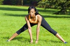 Mooie atletische vrouw die uitrekkende oefening doen royalty-vrije stock afbeeldingen