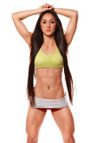 Mooie atletische vrouw met het lange haar stellen Geschiktheidsmeisje die spier atletisch lichaam, abs tonen Geïsoleerde Stock Afbeeldingen