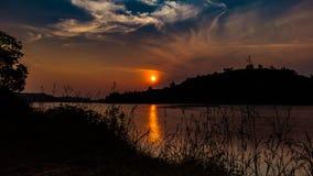 Mooie avond met overweldigende zonsondergang stock foto