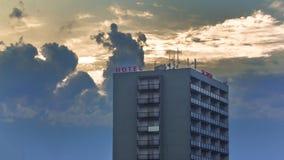 Mooie avondhemel achter Hotel Kladno stock foto
