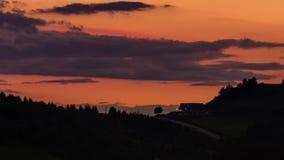 Mooie avondhemel na zonsondergang timelapse - snel bewegende auto's - verbazende aard - volledige hd 1920 x 1080 stock video