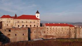 Mooie avondmening van hierboven van het kasteel Palanok in Mukachevo ukraine stock footage