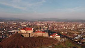 Mooie avondmening van hierboven van het kasteel Palanok in Mukachevo ukraine stock video