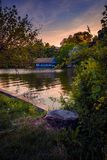 Mooie avondscène in een park in Boekarest Roemenië met bl stock foto