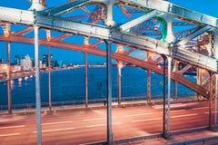 Mooie avondsc?ne met de beroemde die Torenbrug van St. Petersburg in Neva-rivier wordt verlicht en wordt weerspiegeld stock foto's