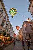 Mooie avondstraat, gloeiende ballons en oude heldere gebouwen in de oude stad van Lublin, Polen Royalty-vrije Stock Foto's