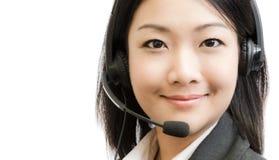 Mooie Azië jonge bedrijfsvrouw met hoofdtelefoon Stock Foto's