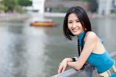 Mooie Aziaat bij de Rivier van Singapore Stock Foto