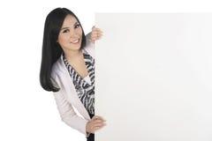 Mooie Aziatische bedrijfsvrouw die zich achter lege tekenraad bevinden royalty-vrije stock afbeeldingen
