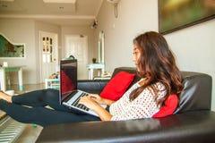 Mooie Aziatische Chinese vrouw die laptop computer met behulp van royalty-vrije stock afbeelding