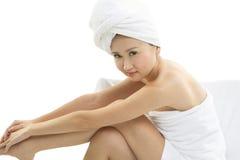 Mooie Aziatische die vrouw in handdoeken wordt verpakt Royalty-vrije Stock Fotografie