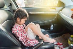 Mooie Aziatische jong geitjevrouw die mobiele telefoon in auto met behulp van Stock Foto's