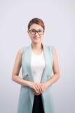 Mooie Aziatische jonge bedrijfsvrouw op grijze achtergrond Stock Foto
