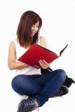 Mooie Aziatische jonge vrouw die met rugzak rood boek lezen royalty-vrije stock foto