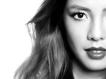 Mooie Aziatische jonge vrouw in witte kleding met onberispelijke huid stock foto