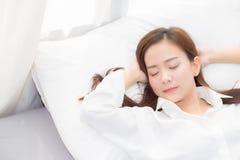 Mooie Aziatische jonge vrouwenslaap die in bed met hoofd op comfortabel en gelukkig hoofdkussen liggen Stock Foto's