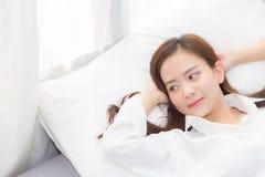 Mooie Aziatische jonge vrouwenslaap die in bed met hoofd op comfortabel en gelukkig hoofdkussen liggen Royalty-vrije Stock Afbeeldingen