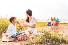 Mooie Aziatische mamma het voeden snack aan haar zoon in weide wanneer het doen van picknick Moeder en Zoon die samen spelen Het  stock afbeeldingen