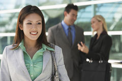 Mooie Aziatische Onderneemster Outside Office stock afbeeldingen